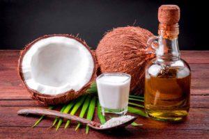 olio di cocco e noce di cocco su tavolo