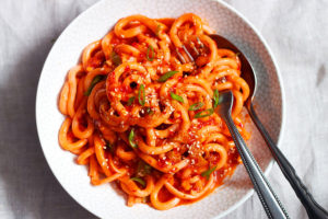 salsa con spaghetti udon