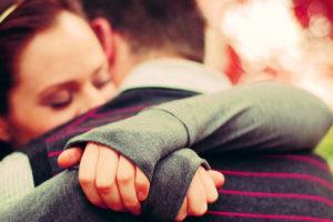 giovani che si abbracciano